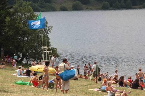 Baignade au lac du Bouchet   Pavillon Bleu